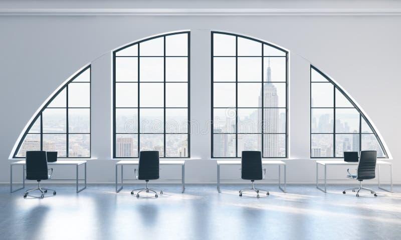 Arbeitsplätze in einem hellen modernen offenen Raum lüpfen Büro Weiße Tabellen und schwarze Stühle New- York Cityansicht stock abbildung