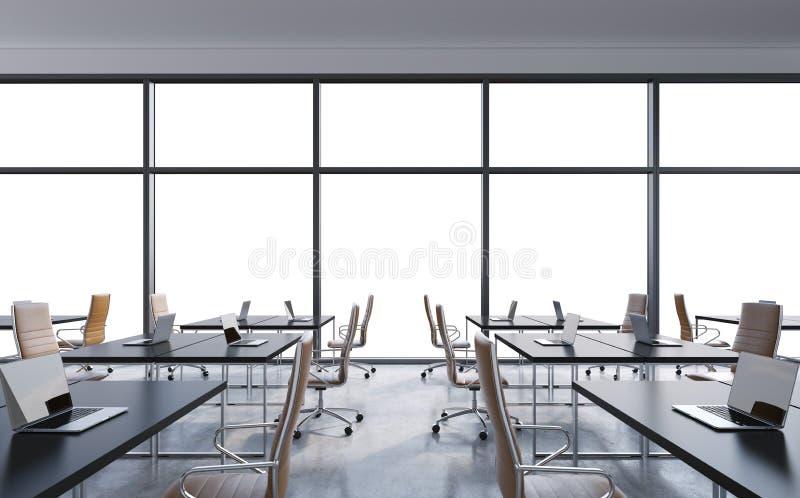 Arbeitsplätze in einem modernen panoramischen Büro, Kopienraum in den Fenstern Offener Raum Weiße Tabellen und braune Lederstühle stock abbildung