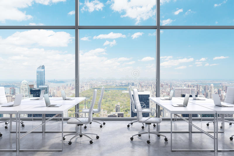 Arbeitsplätze in einem modernen panoramischen Büro, New- York Cityansicht von den Fenstern Ein Konzept von Finanzberatungsdienste vektor abbildung