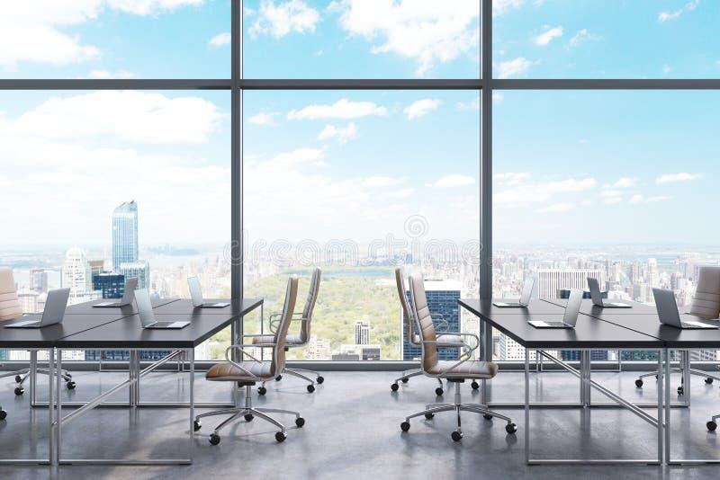 Arbeitsplätze in einem modernen panoramischen Büro, New- York Cityansicht von den Fenstern Offener Raum Schwarze Tabellen und bra lizenzfreie abbildung