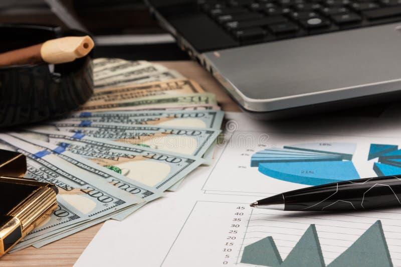 Arbeitsplatz, Arbeit und Gewohnheiten Dollar und Zigarre lizenzfreies stockbild