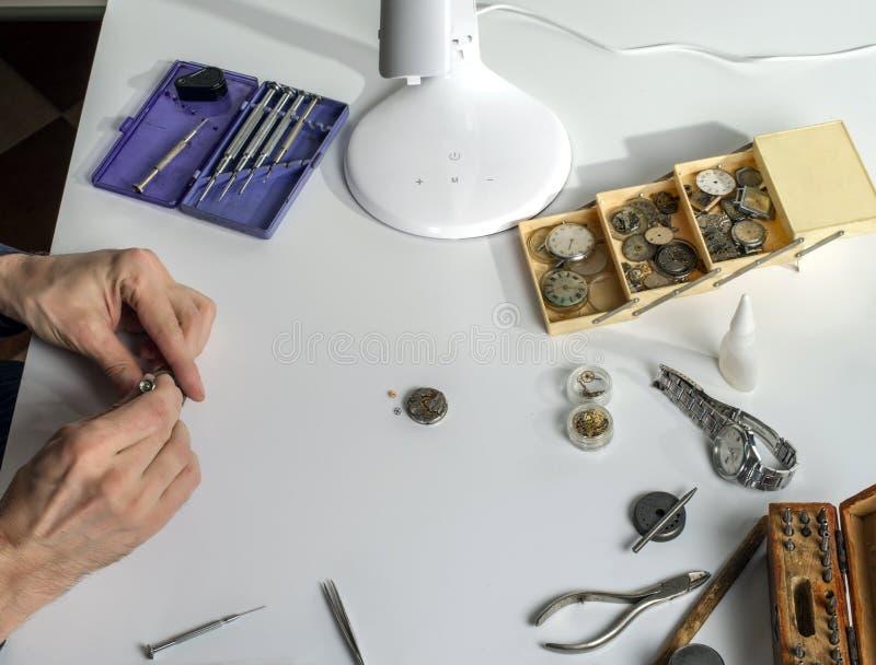 Arbeitsplatz des Clockmaker für die Reparatur von mechanischen Uhren stockbild