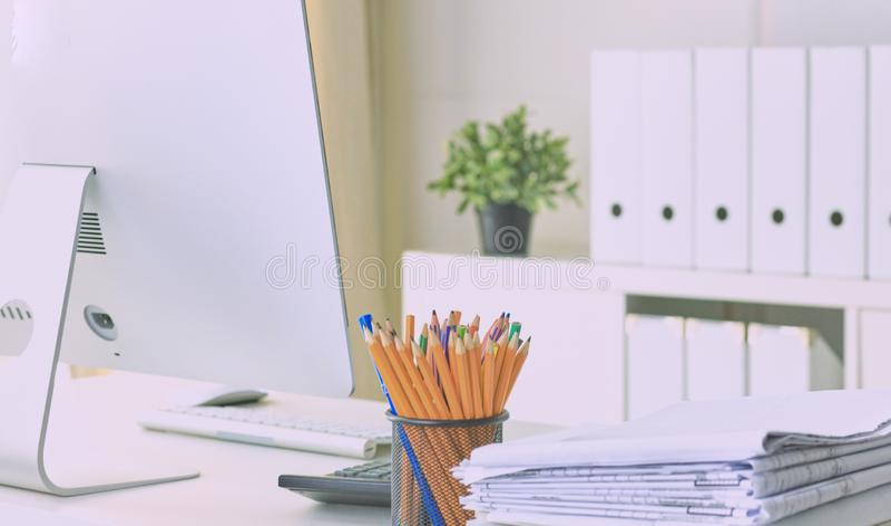 Arbeitsplatz Desktop, Dokumente und pensils auf dem Bürotisch lizenzfreie stockfotografie