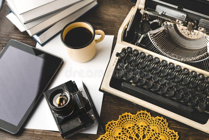 Arbeitsplatz eines Journalisten, Verfasser, Blogger Kreatives Studio Concept Autor Digital-Tablet und -schreibmaschine lizenzfreie stockfotografie