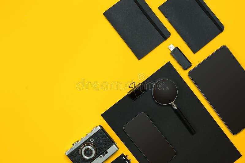 Arbeitsplatz mit Büroeinzelteilen und Geschäftselementen auf einem Schreibtisch betrüger lizenzfreies stockbild