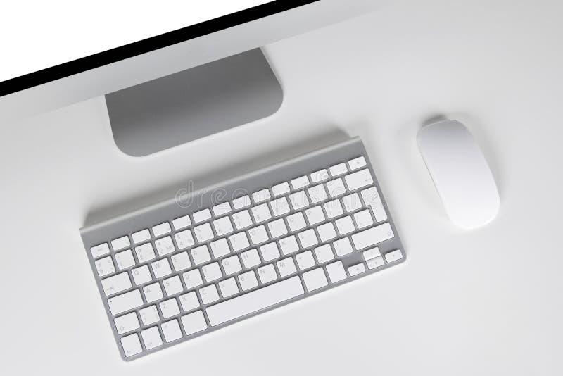 Arbeitsplatz mit Computer und drahtlose Tastatur und Maus auf weißem Hintergrund lizenzfreies stockfoto