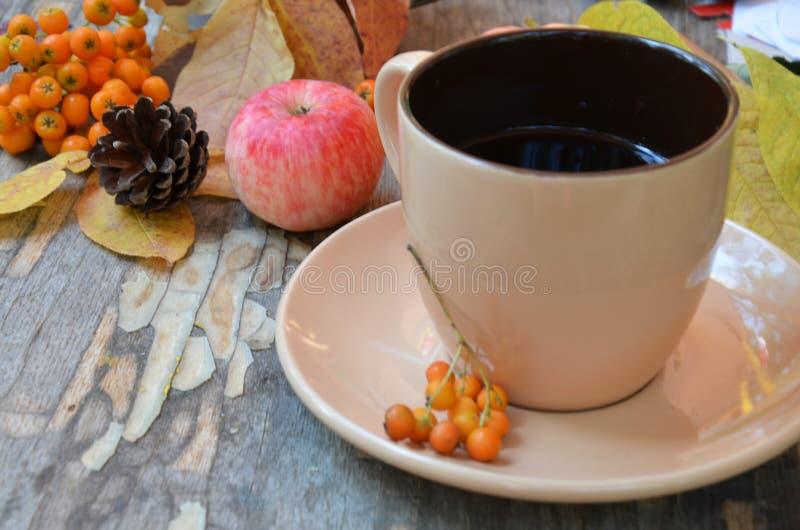 Arbeitsplatz mit goldenen Blättern, Notizbuch, Kaffeetasse Stilvoller Schreibtisch Herbst- oder Winterkonzept Flache Lage, Draufs lizenzfreie stockfotos