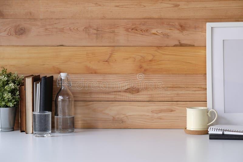 Arbeitsplatz mit Kopienraum-Kaffeetasse, Anlage, Fotorahmen, Glas stockfotografie