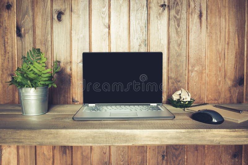 Arbeitsplatz mit offenem Laptop für Fernarbeit in der rustikalen Art Kopieren Sie Platz Freiberuflerkonzept Geschäft lizenzfreies stockfoto