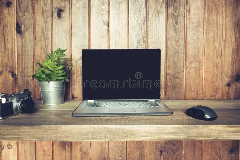 Arbeitsplatz mit offenem Laptop für Fernarbeit in der rustikalen Art Kopieren Sie Platz Freiberuflerkonzept Geschäft stockfotografie