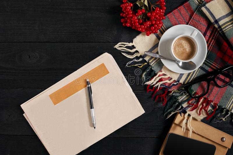 Arbeitsplatz mit Zeitung, Kaffeetasse, Schal, Gläser Stilvoller Schreibtisch Herbst- oder Winterkonzept Flache Lage, Draufsicht lizenzfreie stockfotografie