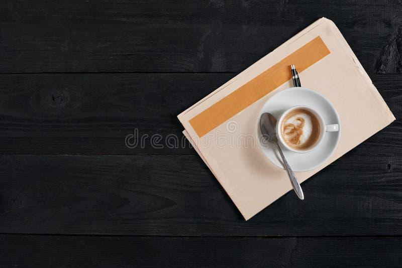 Arbeitsplatz mit Zeitung und Kaffeetasse Stilvoller Schreibtisch Herbst- oder Winterkonzept Flache Lage, Draufsicht lizenzfreies stockfoto