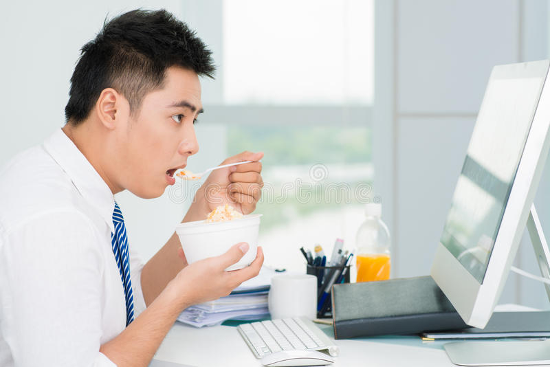 Am Arbeitsplatz stattfindende Mahlzeit stockfotos