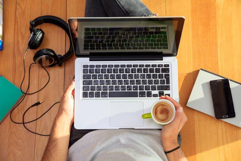 Arbeitsplatz zu Hause Student, der mit einem Laptop auf dem Boden arbeitet lizenzfreies stockfoto
