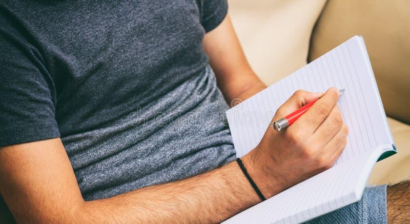 Arbeitsplatz zu Hause Studentenschreiben, Sitzen auf einem Sofa stockfoto