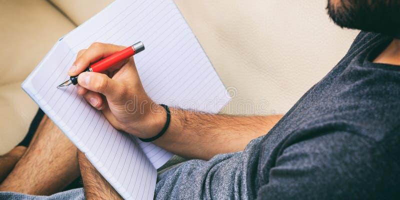 Arbeitsplatz zu Hause Studentenschreiben, Sitzen auf einem Sofa stockbilder