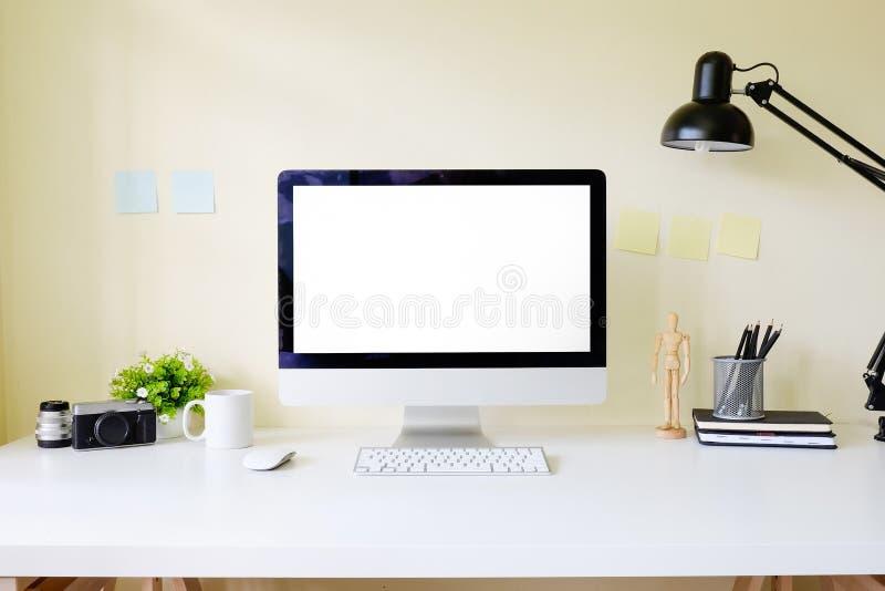 Arbeitsplatzbürotisch mit PC-Computermodellanzeige auf Weiß lizenzfreies stockbild