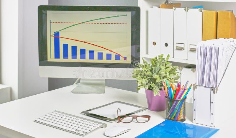 Arbeitsplatzdarstellungsmodell, Tischrechner und Büro zusätzl. lizenzfreies stockbild