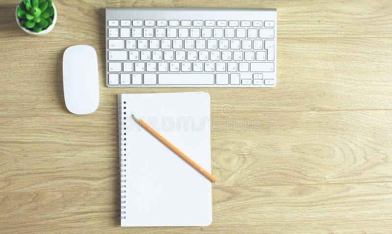 Arbeitsplatzdarstellungsmodell, Tischrechner und Büro zusätzl. lizenzfreie stockfotografie
