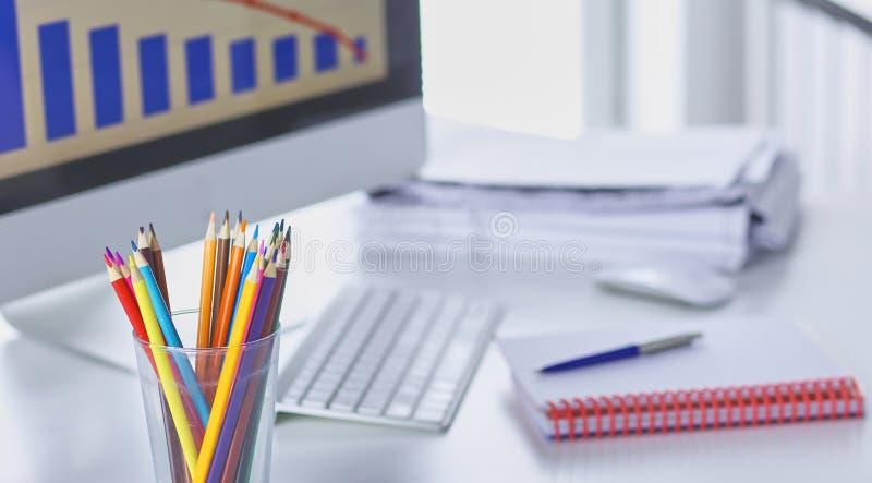 Arbeitsplatzdarstellungsmodell, Tischrechner und Büroartikel auf Marmorschreibtisch stockfotos