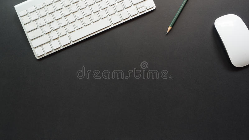 Arbeitsplatzschreibtisch mit Tastatur und Bleistift lizenzfreie stockbilder