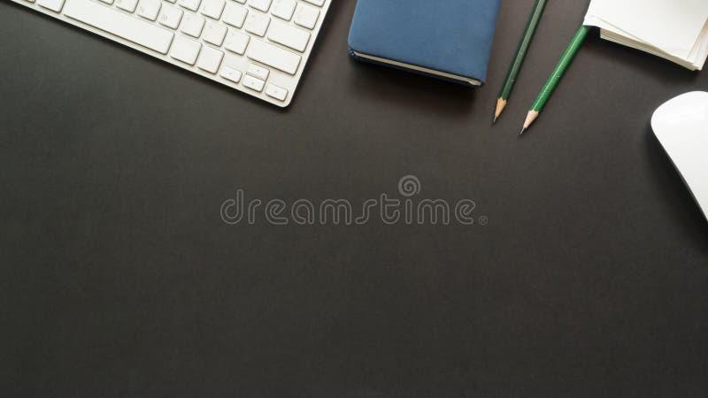 Arbeitsplatzschreibtisch mit Tastatur und Notizbuch kopieren Raumhintergrund lizenzfreie stockbilder