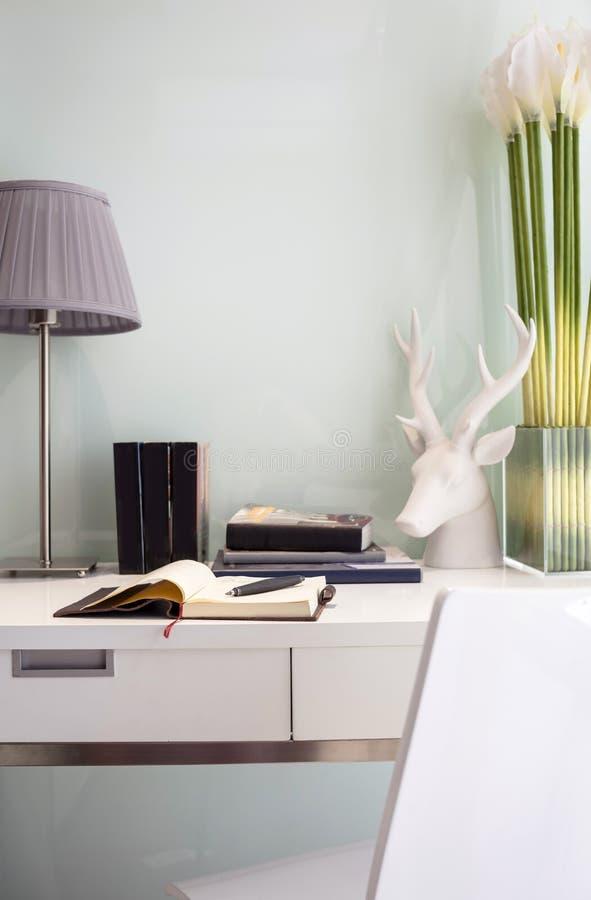 Arbeitsplatztabelle mit Buchlampe und -stuhl stockbilder