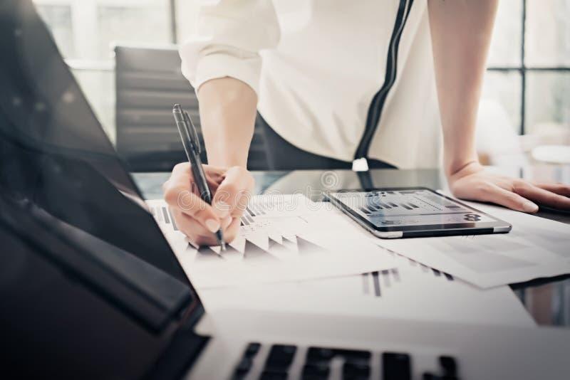 Arbeitsprozeß der analytischen Abteilung Nahaufnahmefoto-Geschäftsfrau, die Berichten modernen Tablettenschirm zeigt statistiken lizenzfreie stockbilder