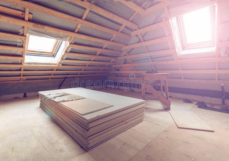 Arbeitsproze? der Installierung der Fasergipsplatte oder der Trockenmauer f?r die Herstellung von Gipsw?nden in Wohnung ist im Ba stockfoto