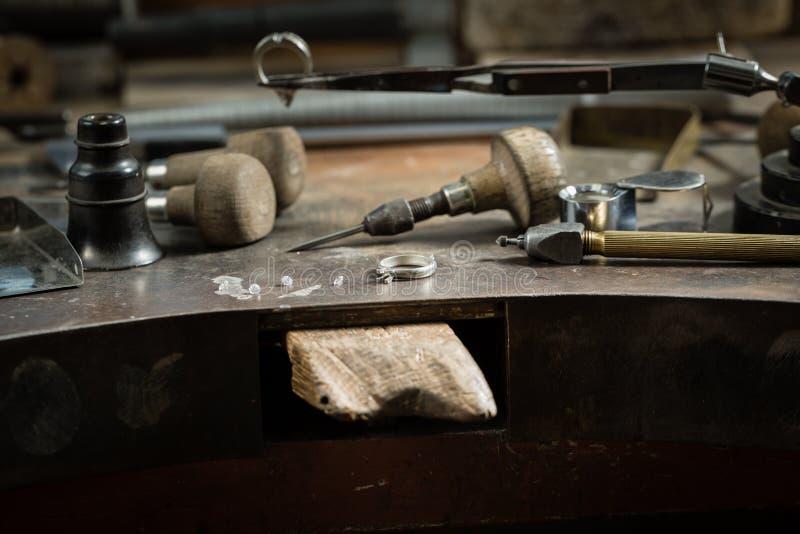 Arbeitsschreibtisch für die Handwerksschmuckherstellung lizenzfreie stockfotografie