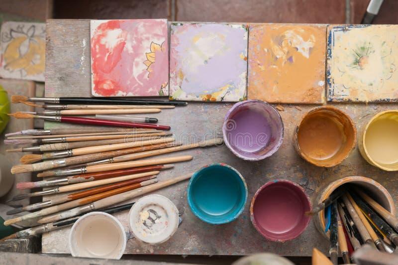 Arbeitstabelle eines keramischen Dekorateurs in Caltagirone, Sizilien lizenzfreies stockfoto