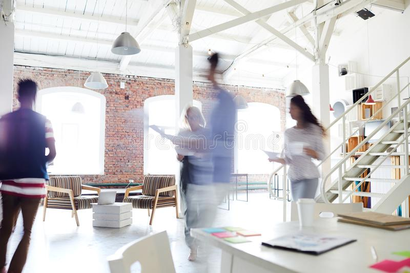 Arbeitstag im Büro lizenzfreies stockbild