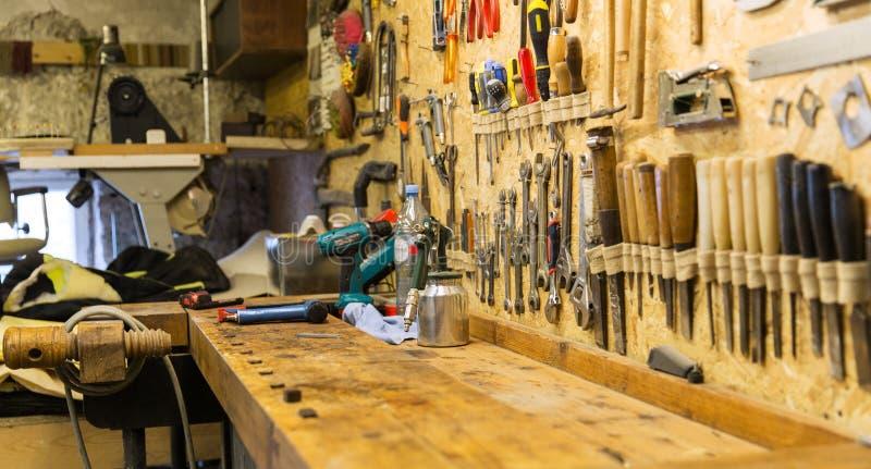 Arbeitswerkzeuge und -werktisch an der Werkstatt lizenzfreies stockbild