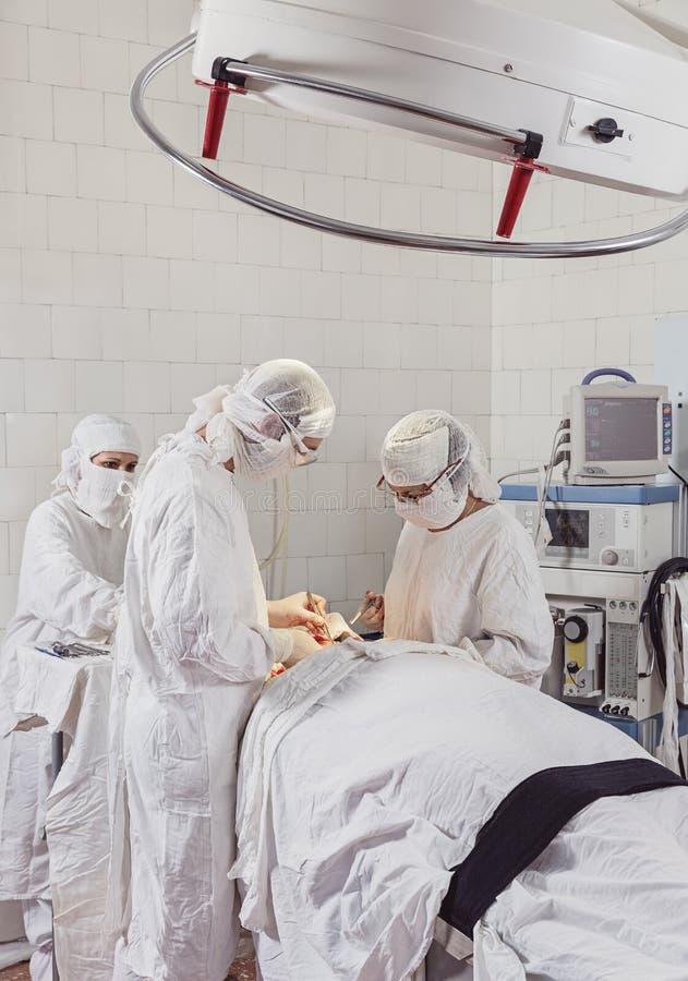 Arbeitszeit im Operationsraum Hände von Chirurgen mit Werkzeugen stockfotografie