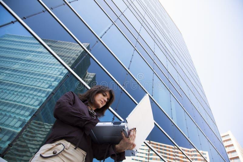 Arbeta för affärskvinna som är utomhus- fotografering för bildbyråer