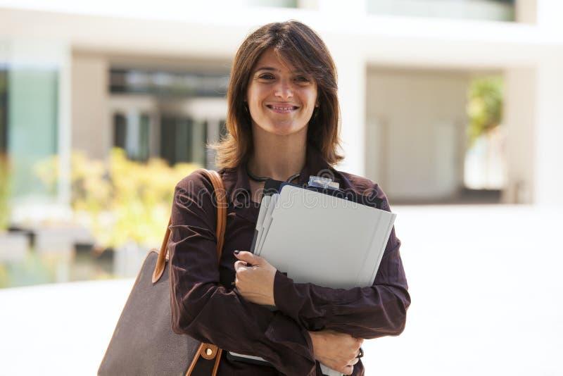Arbeta för affärskvinna som är utomhus- royaltyfri foto