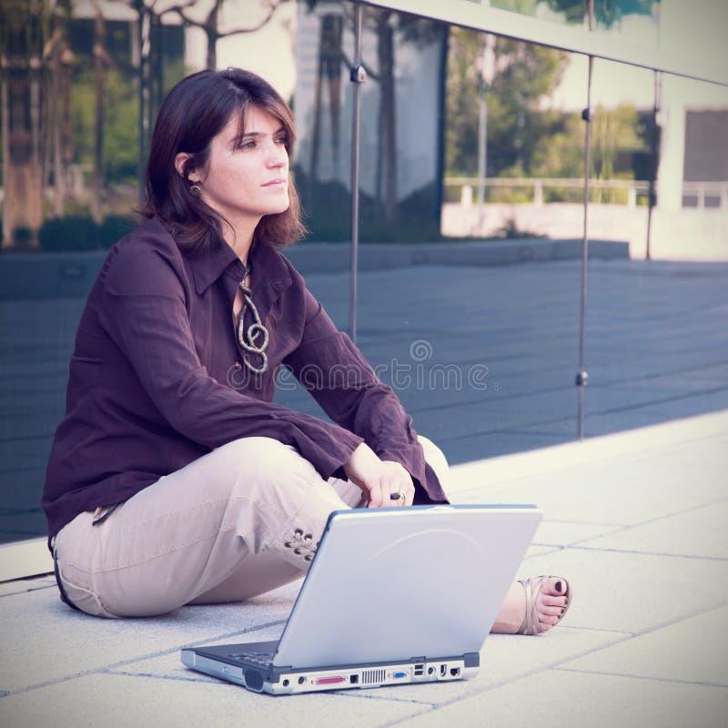 Arbeta för affärskvinna som är utomhus- arkivbilder