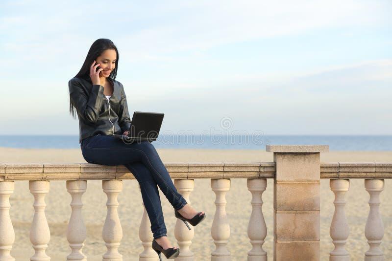 Arbeta för affärskvinna som är utomhus- på telefonen royaltyfria bilder