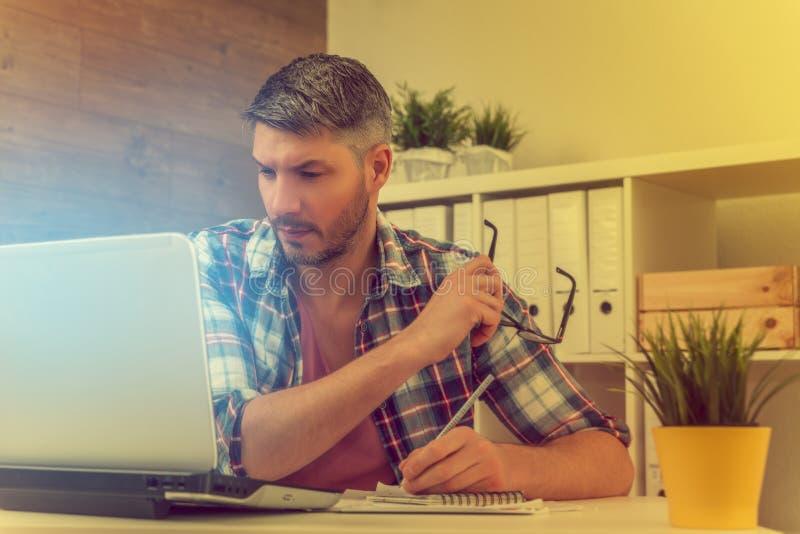Arbeta för affärsman som är idérikt arkivfoto