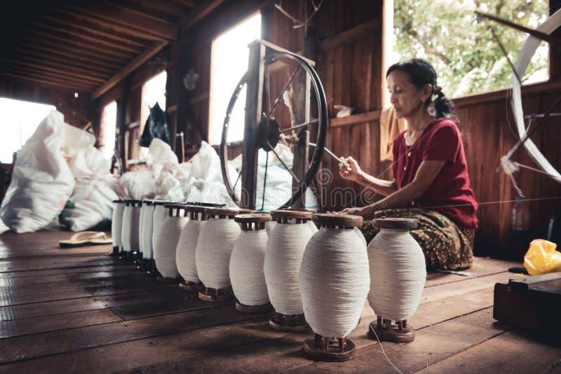 Arbeta för kvinna som sitter på jordningen, lotusblommatråden royaltyfria bilder