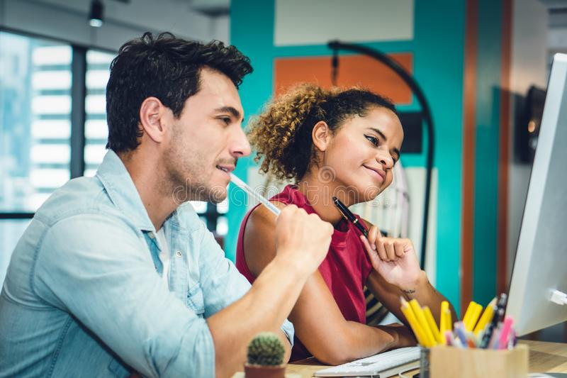 Arbeta för par för affärsledare lyckligt tillsammans arkivfoton