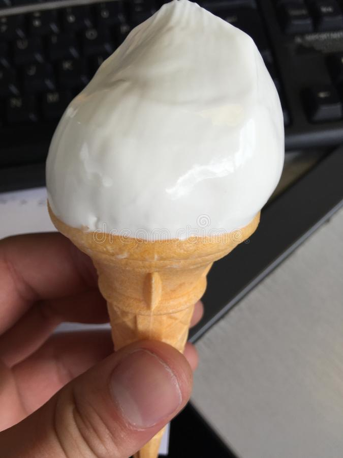Arbeta hårt och äta glass royaltyfri bild