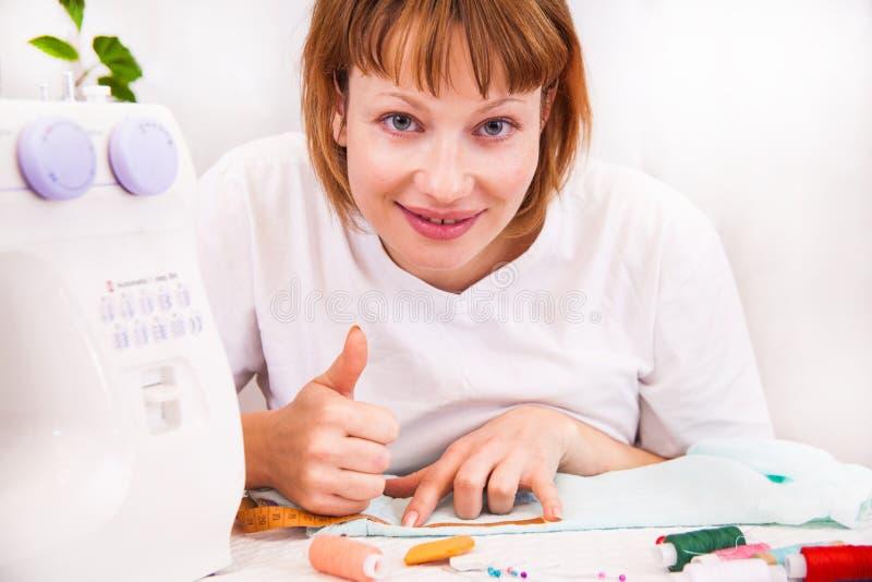 Arbeta hemifrån, en skräddare på arbete. royaltyfri fotografi