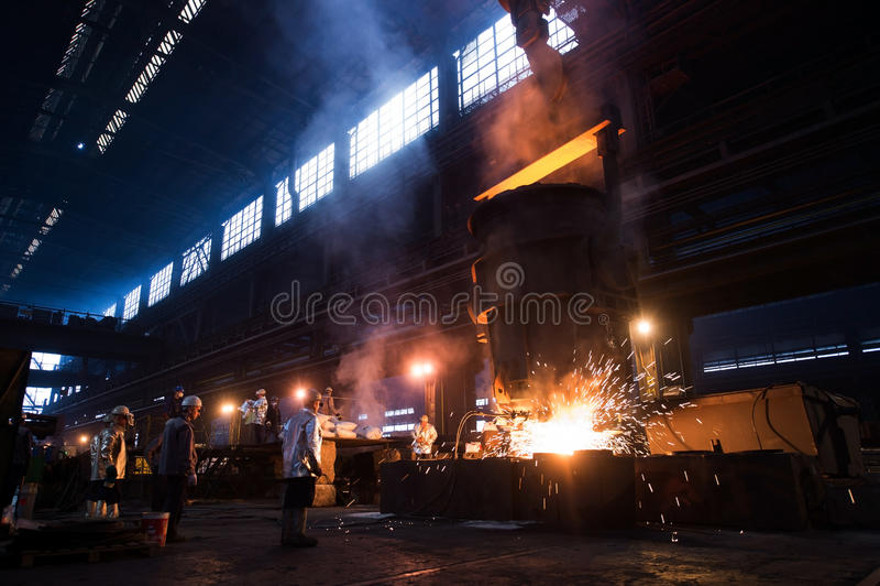 Arbeta i en stålfabrik arkivbild