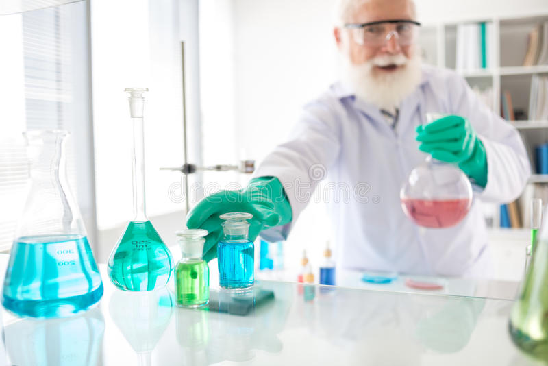 Arbeta i kemiskt laboratorium royaltyfri foto