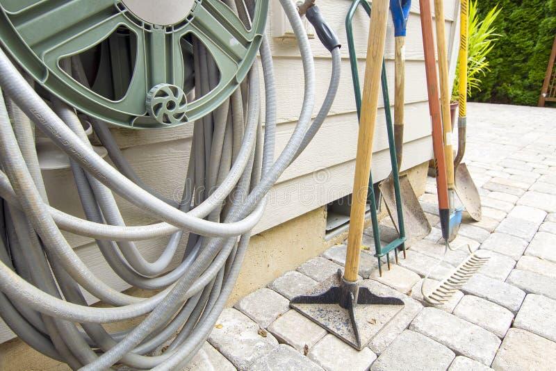 arbeta i trädgården bevattna för hjälpmedel för slang landskap arkivfoton