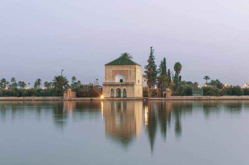 arbeta i trädgården den marrakech menaramorocco pavillionen royaltyfri fotografi