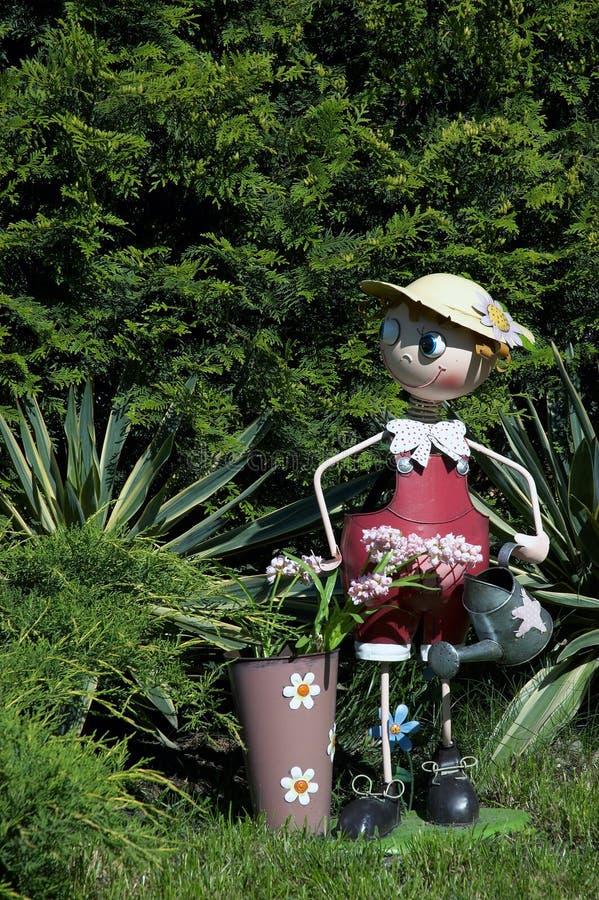 arbeta i trädgården den små mannen royaltyfri foto