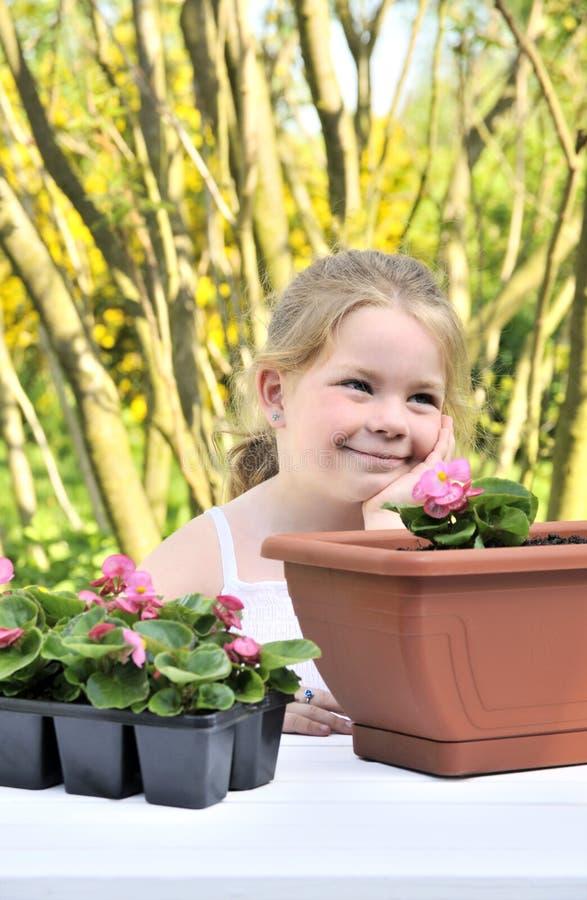 arbeta i trädgården flicka little royaltyfria bilder