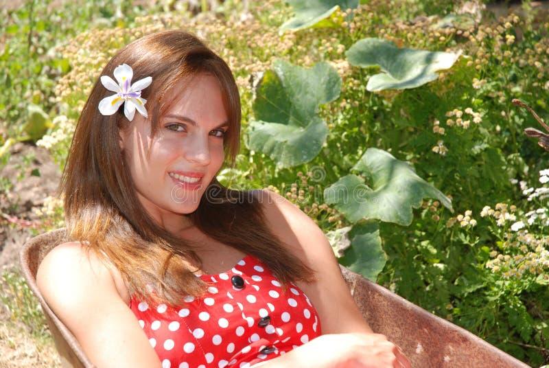 arbeta i trädgården flickan arkivfoton